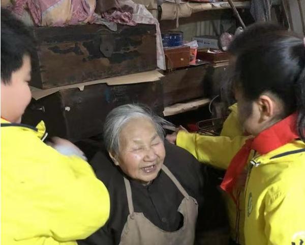 """小小少年""""学雷锋"""" 看望86岁独居老人"""
