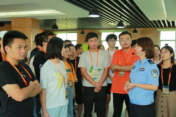 洪山疾控组织防艾志愿者参观禁毒