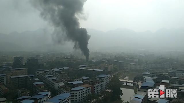 今天上午11点左右,重庆璧山区来凤镇的一处炼油厂爆炸起火,现场浓烟